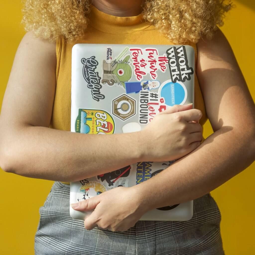 Mulher com notebook - Sambatech Transformação Digital