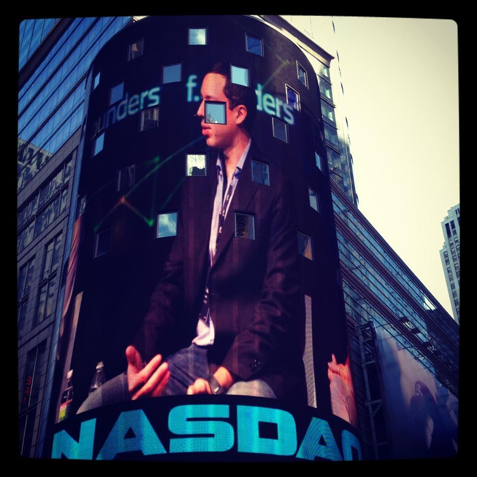 Gustavo no telão na Nasdaq na Times Square.